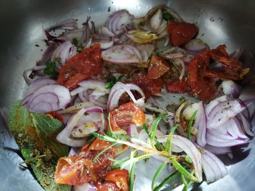 Base brodo con cipolle, erbe aromatiche e pomodorini secchi